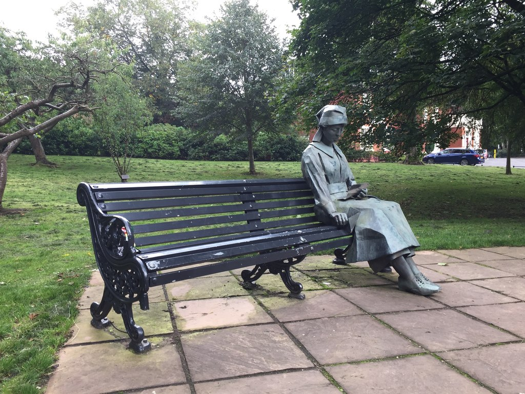 Estatua de Vera Brittain en Brampton Parl | Fuente: jonathanhutchins