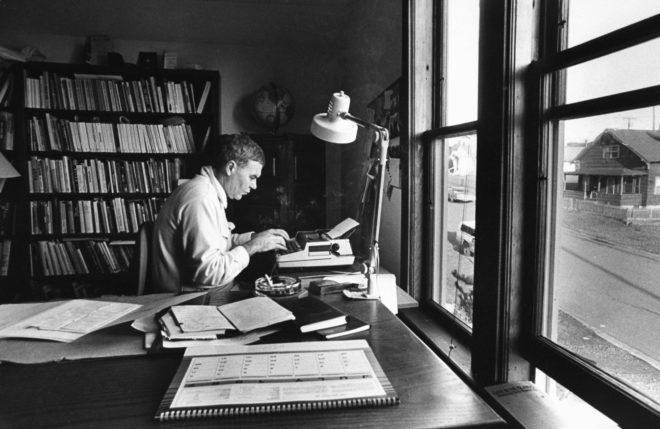 Raymond Carver escribiendo. | Fuente: El Mundo